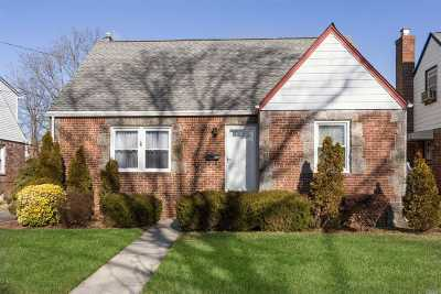 Uniondale Single Family Home For Sale: 683 Ivy Pl