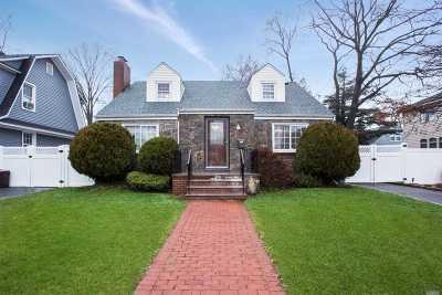 Merrick Single Family Home For Sale: 118 Stuyvesant Ave
