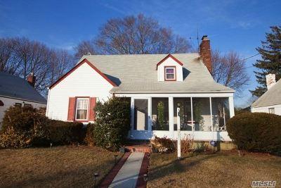 Hempstead Single Family Home For Sale: 71 Emery St