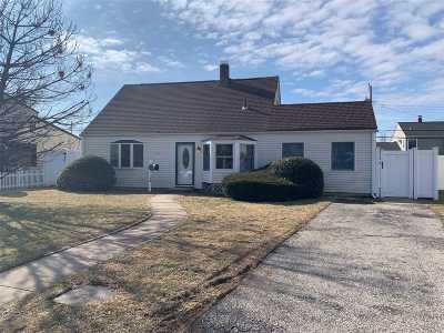 Levittown Single Family Home For Sale: 28 Saddle Ln