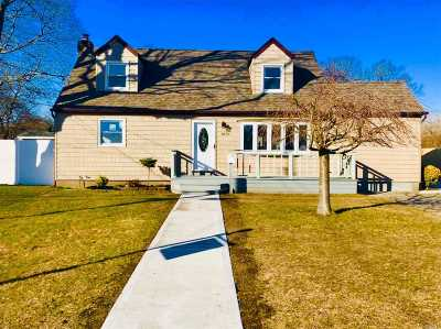 Bay Shore Single Family Home For Sale: 1070 Carll Dr