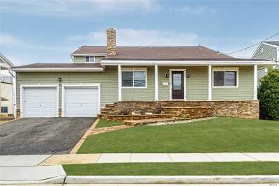 Merrick Single Family Home For Sale: 2877 Bay Dr