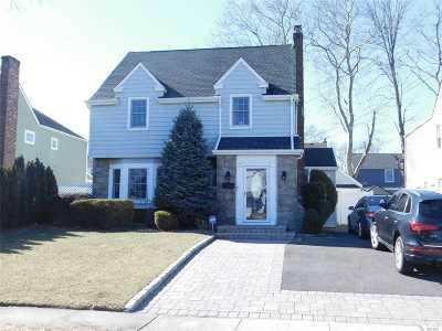 Lynbrook Single Family Home For Sale: 49 Murdock Rd