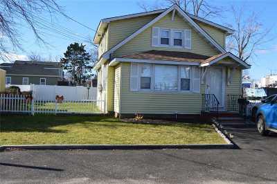 Lindenhurst Single Family Home For Sale: 721 Shore Walk