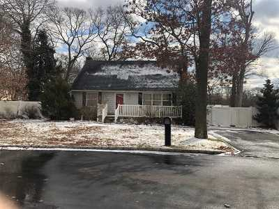 Patchogue Single Family Home For Sale: 70 Putnam Ave