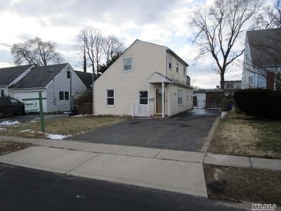 Copiague Single Family Home For Sale: 385 Grant Ave