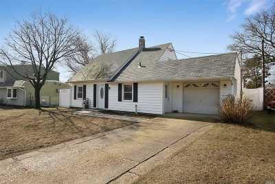 Levittown Single Family Home For Sale: 32 Farm Ln