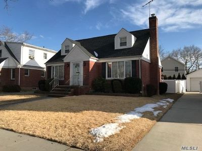 New Hyde Park Single Family Home For Sale: 15 Maple Ct