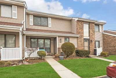 Smithtown Condo/Townhouse For Sale: 16 W Pond Ct