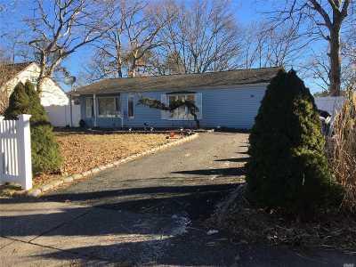 central Islip Single Family Home For Sale: 15 Lurcott Ln