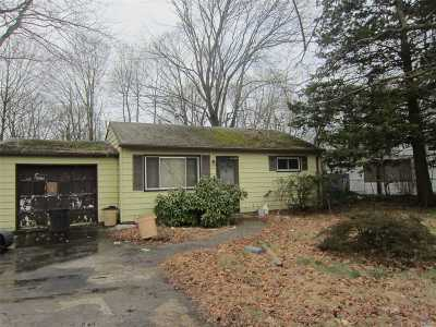 central Islip Single Family Home For Sale: 8 Willow St