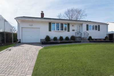 Commack Single Family Home For Sale: 17 Whitetail Ln