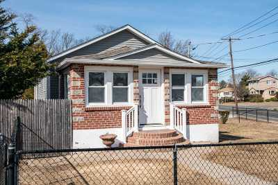 Farmingdale Single Family Home For Sale: 1 Pleasant Ave