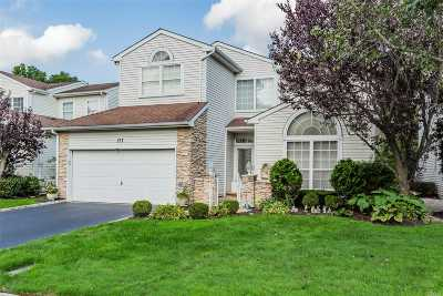 Hauppauge Single Family Home For Sale: 177 Windwatch Dr