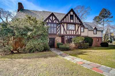 Lawrence Single Family Home For Sale: 1 Waverly Pl