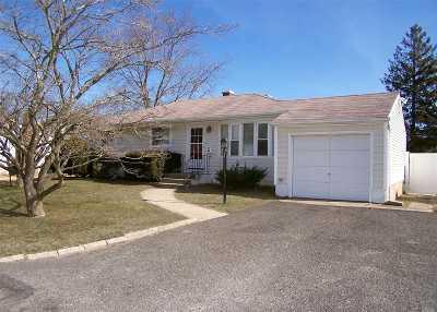 Lake Ronkonkoma Single Family Home For Sale: 209 Holbrook Rd