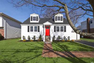 Huntington Sta Single Family Home For Sale: 19 Livingston St