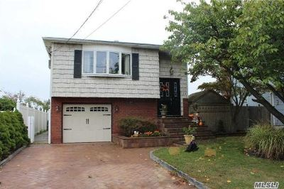 Lindenhurst Single Family Home For Sale: 226 Riviera Pkwy