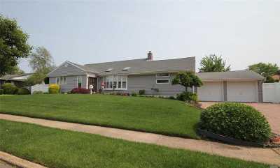 Massapequa Park Single Family Home For Sale: 58 White Cove Walk