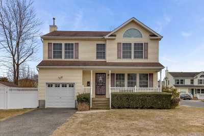 Lindenhurst Single Family Home For Sale: 26 Farmers Ave