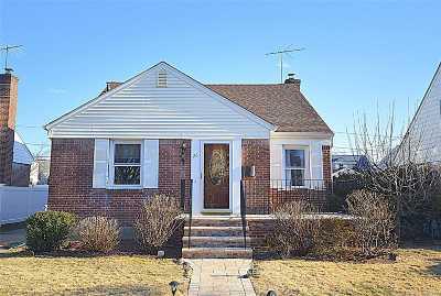 New Hyde Park Single Family Home For Sale: 26 Fairfield Ln