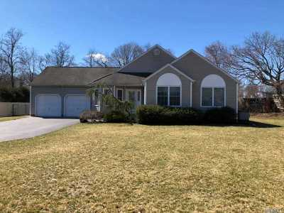 Patchogue Single Family Home For Sale: 6 Nicole Ct