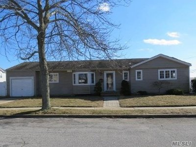 Lindenhurst Single Family Home For Sale: 3 Wellbrock St