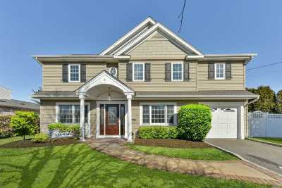 Massapequa Single Family Home For Sale: 4 Croyden Dr