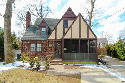 N. Merrick Single Family Home For Sale: 22 Oak Ct