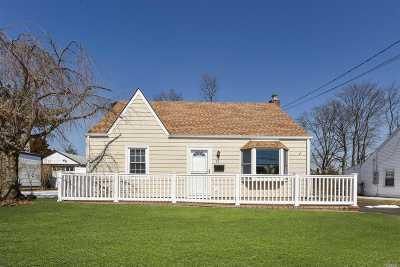 Farmingdale Single Family Home For Sale: 55 S Park Cir