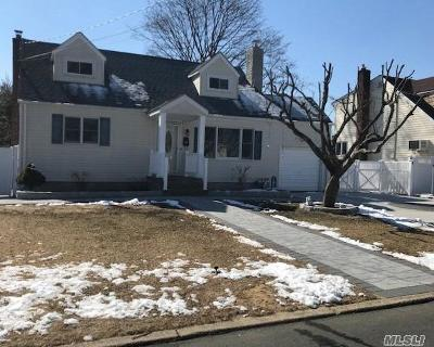 Lindenhurst Single Family Home For Sale: 916 N Fulton Ave