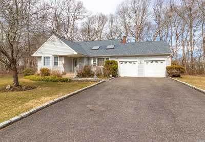Moriches Single Family Home For Sale: 1 Aster Pl