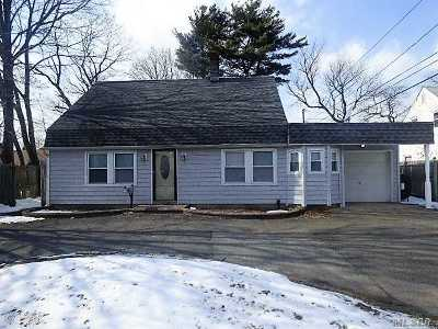 Westbury Single Family Home For Sale: 4 Bramble Ln