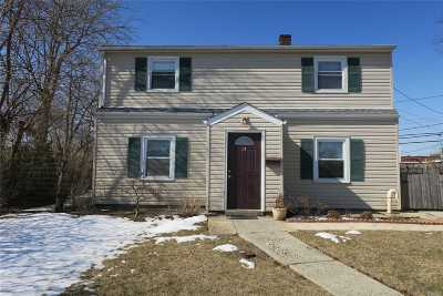 Levittown Single Family Home For Sale: 14 Horseshoe Ln