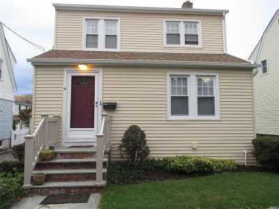 Manhasset Single Family Home For Sale: 12 La Placa Ct