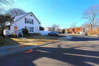 Merrick Single Family Home For Sale: 1 Wayne Ct