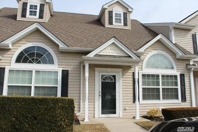 Valley Stream Condo/Townhouse For Sale: 205 Willow Ln