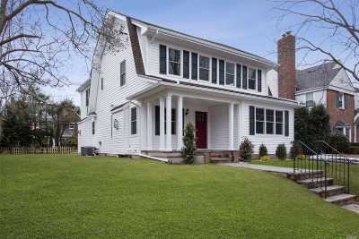 Garden City Single Family Home For Sale: 154 Roxbury Rd