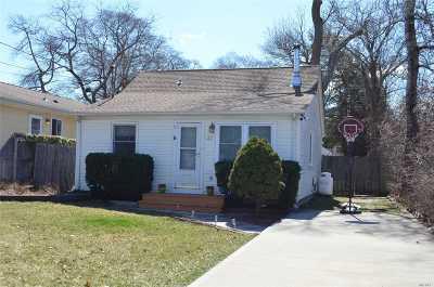 Selden Single Family Home For Sale: 32 Oakmont Ave