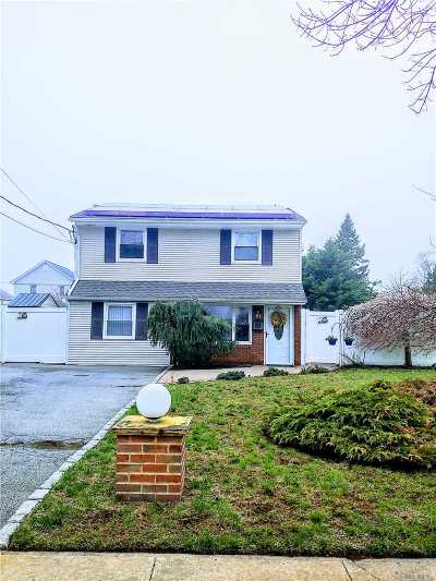 Massapequa Single Family Home For Sale: 61 Unqua Rd