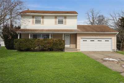 Commack Single Family Home For Sale: 106 Roxbury Dr