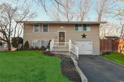 Selden Single Family Home For Sale: 1 Flintlock Ln