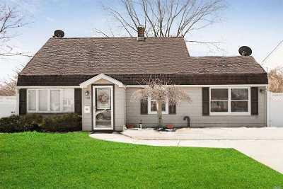Levittown Single Family Home For Sale: 106 Rope Ln