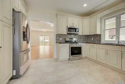 Hempstead Single Family Home For Sale: 25 Booth St