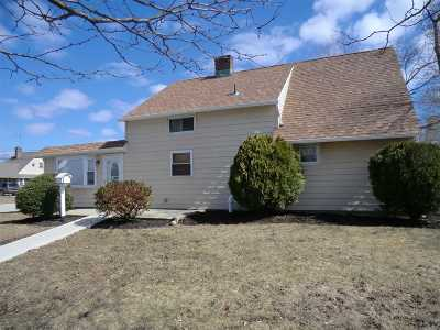 Levittown Single Family Home For Sale: 41 Jester Ln