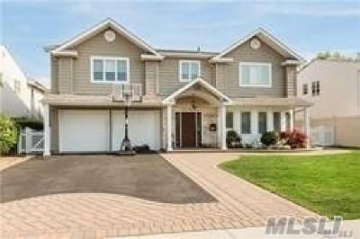 Merrick Single Family Home For Sale: 2433 Halyard Dr