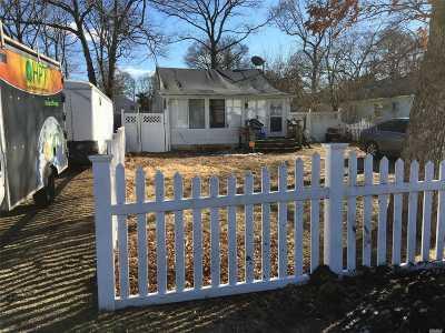 Selden Single Family Home For Sale: 44 Oakmont Ave