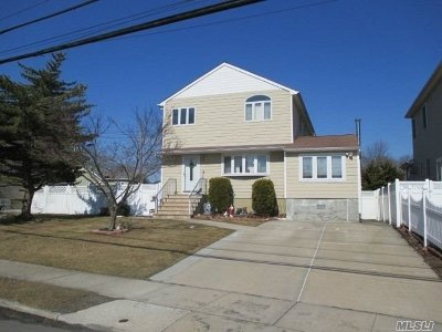 Lindenhurst Single Family Home For Sale: 510 Muncy St