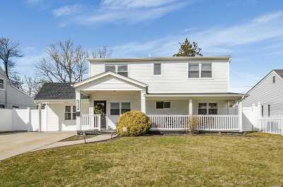 Levittown Single Family Home For Sale: 125 Abbey Ln