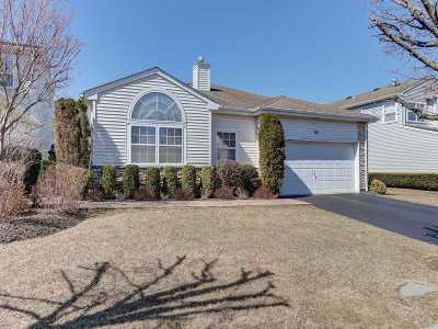 Hauppauge Single Family Home For Sale: 64 Hamlet Dr